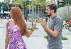 Älska par med förhållandesvårigheter som är utomhus- i staden Royaltyfri Fotografi