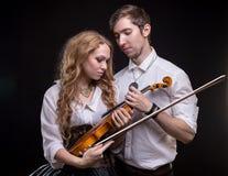 Älska par med fiolen Fotografering för Bildbyråer