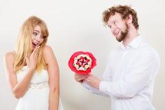 Älska par med godisgruppblommor Förälskelse Royaltyfri Foto