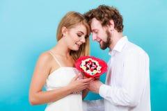 Älska par med godisgruppblommor Förälskelse Royaltyfria Foton