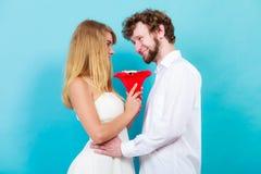 Älska par med godisgruppblommor Förälskelse Royaltyfri Bild