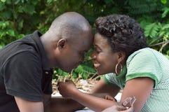 Älska par med pannan mot pannan Arkivbild
