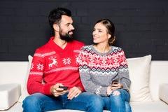 Älska par med smartphones Fotografering för Bildbyråer
