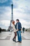 Älska par nära Eiffeltorn i Paris arkivbilder