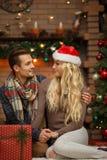 Älska par near julgranen royaltyfria foton