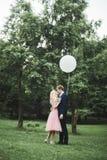 Älska par på bakgrunden av inställningssolen, bara gift solnedgången går Royaltyfri Foto