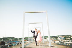 Älska par på bakgrunden av inställningssolen, bara gift solnedgången går Arkivbilder