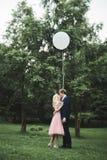 Älska par på bakgrunden av inställningssolen, bara gift solnedgången går Royaltyfri Bild