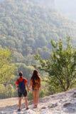 Älska par på bergkullen Royaltyfri Bild