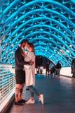 Älska par på bron av fred Royaltyfri Foto