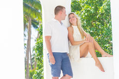 Älska par på den tropiska ön, utomhus- bröllopceremoni Royaltyfri Fotografi
