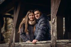 Älska par på en terrass en nedgång royaltyfri fotografi