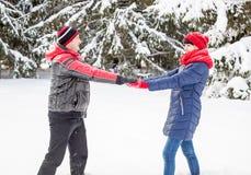 Älska par på en vinter gå Arkivfoton
