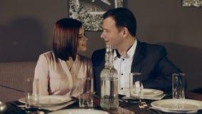 Älska par på ett datum på restaurangen stock video