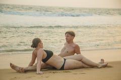 Älska par på havkusten Royaltyfri Bild
