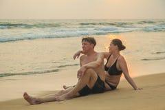 Älska par på havkusten Arkivfoto