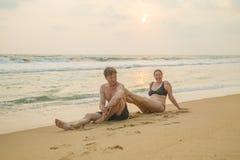 Älska par på havkusten Fotografering för Bildbyråer