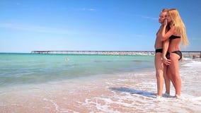 Älska par på havskusten lager videofilmer