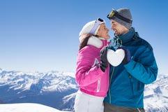 Älska par på snö Arkivbilder