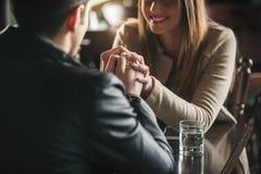 Älska par på stången Fotografering för Bildbyråer