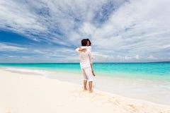 Älska par på strand Royaltyfria Bilder