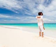 Älska par på strand Fotografering för Bildbyråer