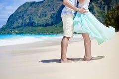 Älska par på stranden Fotografering för Bildbyråer