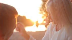 Älska par som äter druvor på stranden arkivfilmer
