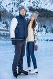 Älska par som åker skridskor rymma tillsammans händer Arkivfoton
