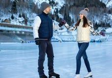 Älska par som åker skridskor rymma tillsammans händer Royaltyfri Foto