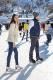 Älska par som åker skridskor rymma tillsammans händer Royaltyfri Fotografi