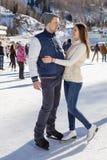 Älska par som åker skridskor rymma tillsammans händer Royaltyfria Foton