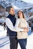 Älska par som åker skridskor rymma tillsammans händer Fotografering för Bildbyråer