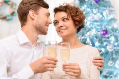 Älska par som dricker champagne Arkivfoton