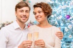 Älska par som dricker champagne Royaltyfri Fotografi