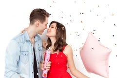 Älska par som firar på vit Arkivbild