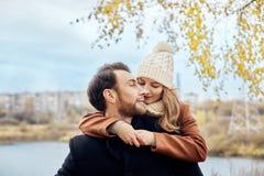 Älska par som in går, parkera i höstkramar och kyssar Höst Arkivfoto