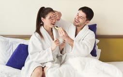 Älska par som har en lat morgon, frukostera i säng Arkivfoton