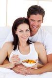 Älska par som har frukosten Arkivfoto