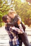 Älska par som har gyckel i parkera royaltyfri fotografi