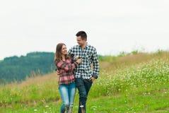 Älska par som har gyckel på sommarsemester Royaltyfria Bilder