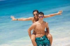 Älska par som har gyckel på stranden av havet. Royaltyfria Foton