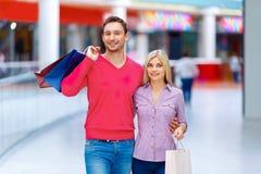 Älska par som har shopping Royaltyfria Bilder