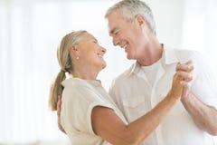 Älska par som hemma dansar Arkivbilder