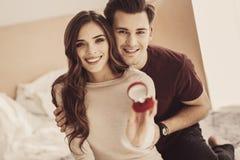 Älska par som i huvudsak ler, medan känna sig extremt lyckligt tillsammans arkivbild