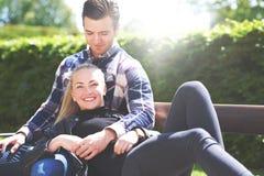 Älska par som kopplar av i parkera royaltyfri fotografi