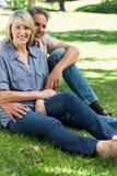 Älska par som in kopplar av, parkera Arkivfoton