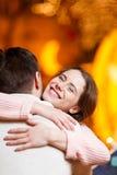 Älska par som kramar i rum Arkivbild