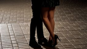 Älska par som kramar och kysser i gatan, sikt av ben, förhållande fotografering för bildbyråer