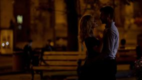 Älska par som kramar och ser de på datum i natt, parkera, romans royaltyfri fotografi